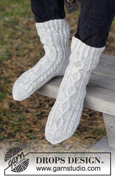 Gestrickte Socken mit Zopfmuster für Herren. Größe 35 - 46. Die Arbeit wird gestrickt in DROPS Fabel.