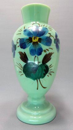 Antigo Vaso Francês Em Opalina Com Desenhos Florais Pintados À Mão.