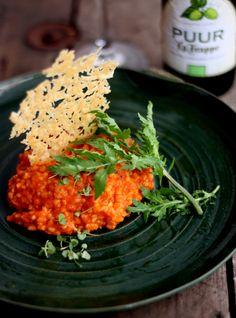 Mini arroz cremoso de tomates italianos ; mozarela de búfala ; folhas jovens de rúcula selvagem ; brotos de manjericão ; renda crocante de parmesão ; azeite de oliva extra virgem