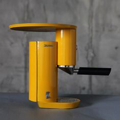 This espresso machine from the Shenkar College of Engineering and Design, by Israeli industrial design student Yaniv Berg, is inspired by the the Bauhaus movement Coffe Machine, Home Espresso Machine, Coffee Equipment, Kitchen Equipment, Dual Coffee Maker, Coffee Business, How To Make Coffee, Dezeen, Rugs On Carpet