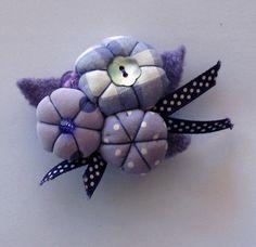Adorable petite broche en fleurs de tissus mauves et blancs.