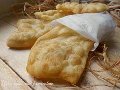 Le Donzelle sono un piatto tipico Toscano si tratta della semplicissima pasta del pane fritta spolverata con del sale
