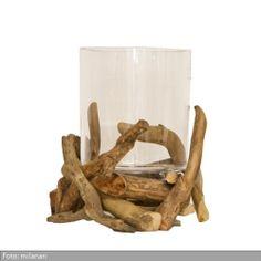 """Treibholz Windlicht """"Naturo"""" sorgt nicht nur abends mit Kerzenlicht für atmosphärische Momente, sondern ist auch tagsüber ein hübscher Blickfang auf dem Esstisch oder einer Konsole. Denn das hochwertige Windlicht wurde aus mundgeblasenem Glas und natürlichem Treibholz gefertigt. Ein luxuriöses Deko Objekt in individuellem Design - perfekt für alle, die Unikate lieben!"""