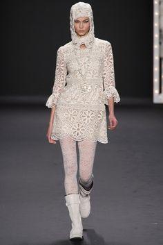 Anna Sui - estas flores me recuerdan a Louis Vuitton, me encanta! total White. Pret a Porter 2013-14 en la New York Fashion Week.
