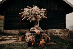 Table folk et sauvage - Elopement - nuage de fleurs - pampas Decoration Table, Firewood, Texture, Crafts, Fresh Flowers, Wild Flowers, Drunk In Love, Marriage And Family, Woven Rug