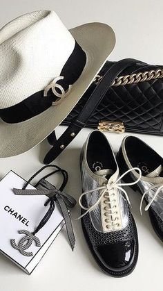 ideas for style classic coco chanel Latest Fashion Trends, Trendy Fashion, Womens Fashion, Trendy Style, Smoking Noir, Chanel Shoes, Chanel Hat, Fashion Moda, Mode Style