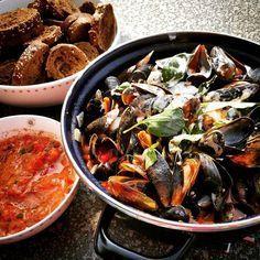Bij mosselen krijg ik meteen een zomers gevoel. Dat komt omdat ik vaak mosselen eet op vakantie. Hier in Nederland at is ze eigenlijk nooit. Daar heb ik nu verandering in gebracht, want mosselen zi… Dutch Recipes, Fish Recipes, Seafood Recipes, Italian Recipes, Cooking Recipes, Healthy Recipes, Fish Dishes, Seafood Dishes, Mussels Seafood