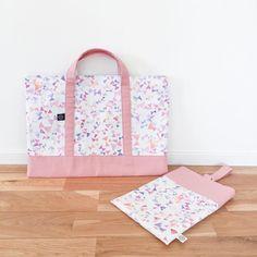 入園グッズ、揃ってきました! 本人が選んだちょうちょの生地に、これまた本人リクエストのピンク色の生地を合わせて。これを持って元気に通って欲しい。 あとは名前をどうやって入れようかなぁ。。 #入園グッズ #入園準備 #レッスンバッグ #シューズ入れ #パターンレーベル