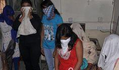 आगरा. ताज नगरी में बुधवार को पुलिस ने एक होटल से 8 लड़के-लड़कियों को आपत्तिजनक हालत में पकड़ा, जबकि 4 जोड़े भागने में कामयाब रहे। पुलिस ने फिलहाल अभी किसी के खिलाफ कोई केस दर्ज नहीं किया है।  होटल में आपत्तिजनक हालत में थीं लड़कियां, पुलिस को देख जानें क्या बोलीं  – मामला आगरा के थाना सिकंदरा के सामने होटल राज पैलेस है। दोपहर एक-एक कर 20 लड़के-लड़कियां होटल में गईं।    – घंटे भर बाद ही किसी अज्ञात व्यक्ति ने 100 नंबर पर फोन कर कहा कि होटल में सेक्स रैकेट चल रहा है।  – इसके बाद यूपी 100 की…
