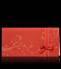 Zaproszenia ślubne D 4107 Zaproszenie ślubne z najnowszej kolekcji wykonane z papieru w kolorze bordo. Na okładce motywy kwiatów wyryte laserem. Dodatkową ozdobą jest atłasowa kokardka w kolorze bordo. W środku wkładka z gładkiego papieru w kolorze kości słoniowej.