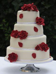 bruidstaart met rode rozen