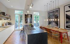 Moderne Küche mit großer Kochinsel und Essbereich.