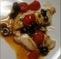 Pochi ingredienti per una ricetta facile e gustosa. Treccia di branzino con olive. Ingredienti: 1 branzino, 2 pomodorini, olive nere snocciolate Leccino Ficacci, capperi prezzemolo, 1/2 bicchiere vino bianco, olio extravergine di oliva Romeo. Grazie al Blog La cucina di Lalla per questa ricetta. Per il procedimento seguci su:  http://www.ficacci.com/ricette-con-olive.asp?id=362