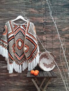 Crochet Shawl Bo-M: Xaile aponchado Crochet Bolero, Crochet Coat, Crochet Shawls And Wraps, Crochet Cardigan, Crochet Scarves, Crochet Clothes, Crochet Designs, Crochet Patterns, Mode Crochet