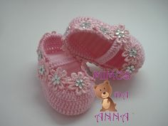 Pink baby Mary Jane shoes with rhinestone flowers. Crochet Baby Sandals, Baby Girl Crochet, Crochet Baby Clothes, Crochet Shoes, Love Crochet, Free Baby Patterns, Crochet Fabric, Baby Couture, Decorated Shoes