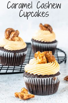 These are Caramel Cashew Cupcakes, chocolate cupcakes, filled with Cashew Pastry Cream, frosted with Salted Caramel Buttercream, topped with Caramelized Cashews. Talk about a PERFECT flavor combo! Slow Cooker Desserts, 100 Calories, Tostadas, Köstliche Desserts, Delicious Desserts, Healthy Desserts, Healthy Recipes, Mini Cakes, Cupcake Cakes