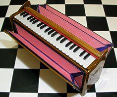 背面のふいごで空気を送ってリードを鳴らす方式のハルモニウム。19世紀半ばに移動可能オルガンとしてフランスで発明され、インド音楽演奏に合うよう独自の発展を遂...