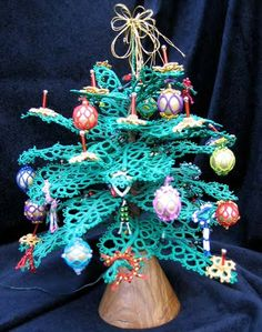 Christmas tree tatting pattern - includes candles, ornaments, decorations  http://www.ringoftatters.org.uk/patterns/jwilliams/jw.html