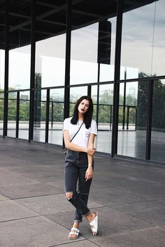 A perfect contrast with darker jeans. Birkenstock Sandals Outfit, Clogs Outfit, Birkenstock Outfit, Mom Jeans Outfit, Birkenstocks, Birkenstock Fashion, Spring Summer Fashion, Autumn Winter Fashion, Spring Outfits