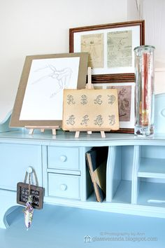 A glimpse of my home office desk. Old prints, new prints and sketches! -All of them are particularly beautiful placed on mini-easels! ;)) Styling and photography by Ann, Glassveranda. (glassveranda.blogspot.com)