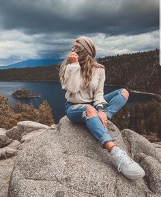 Photo by Jose Tello Portrait Photography Poses, Photography Poses Women, Hiking Photography, Best Photo Poses, Girl Photo Poses, Foto Top, Shotting Photo, Cute Poses For Pictures, Foto Casual