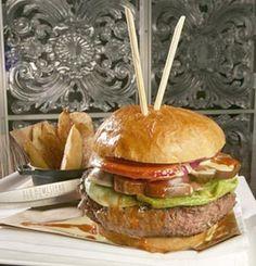Le Tri-Beef Burger  triplebeef  La recette du burger : Trois types de viande, American Prime, Wagyu et boeuf argentin, servi avec un ketchup chipotle, truffes et champagne. Le prix : 94 euros Le restaurant : The Old Homestead Steakhouse, Boca Raton