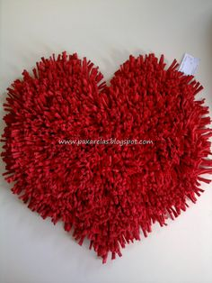 Made with totora fringes in plain red tone. Pom Pom Rug, Pom Pom Crafts, Fru Fru, Fringes, Lana, Wedding Planner, Carpet, Valentines, Knitting