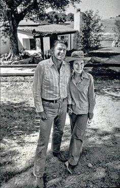 Ronald and Nancy Reagan in front of their home Ranch Cielo near Santa Barbara California, in June 1976 40th President, President Ronald Reagan, Presidents Wives, American Presidents, American Pride, American History, Michael Reagan, Nancy Reagan, Us History