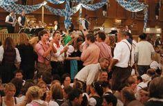 Im Schützenfestzelt herrscht eine angenehm familiäre Atmosphäre - vor allem, weil das Zelt eher zu den kleineren auf der Wiesn zählt.  Besonders bekannt ist es für sein Spanferkel in Malzbiersauce. Dazu wird Krautsalat gereicht - und dies, wie in Bayern üblich, lauwarm!  Darüber hinaus gibt es im Schützenfestzelt 110 Schießstände, an denen das traditionelle Oktoberfestschießen ausgetragen wird.