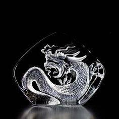 Mats Jonasson är mest känd för sina motiv av djur och blommor, men han gör också många fler olika motiv som användes i olika sammanhang ex.vid export, då det är en viktig marknad. Här är en Kinesisk drake.