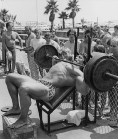 ILYKS.COM - Arnold Schwarzenegger at Venice Beach doing incline bench presses with on lookers Arnold Incline Bench Pressing A lot of Weight