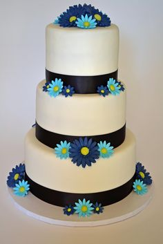 change black to orange or blue. change dark blue flowers to orange. add puzzle pieces to middle Daisy Wedding Cakes, Daisy Cakes, Gorgeous Cakes, Amazing Cakes, Cherry Blossom Cake, Dark Blue Flowers, Cake Piping, Wilton Cake Decorating, Gerber Daisies