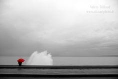 Jours d'orage et de tempête à Nice. Ici, sur la promenade de Rauba Capeu, une vague se fracasse sur les rochers projetant une gerbe d'écume sous le regard de l'homme au parapluie rouge. #photo #art #photographe #blackandwhite #umbrella  #red #rain #rainy
