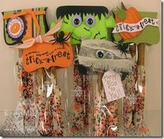 Cute topper for pretzel rods halloween pretzels Halloween Pretzels, Halloween Treat Bags, Halloween Boo, Halloween Cards, Fall Crafts, Holiday Crafts, Holiday Ideas, Halloween Displays, Halloween Decorations
