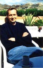 """Auteur-illustrateur de grande renommée il a publié de très nombreux livres chez tous les grands éditeurs jeunesse. Son style très personnel est reconnu et apprécié bien au-delà de nos frontières et certaines de ses planches ont été achetées par différents musées notamment au Japon. Il collabore avec Milan depuis de longues années à travers des ouvrages aussi remarquables que """"Rouge Matou"""" ou """"Si la neige était rouge"""". http://www.editionsmilan.com/Livres-Jeunesse/Nos-auteurs/Eric-Battut"""