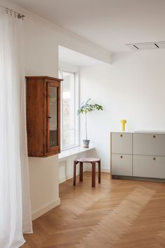 La cuisine scandinave & minimaliste de Camilla Bækvad - Frenchy Fancy Modern Kitchen Cabinets, Kitchen Cabinet Design, Parquet Chevrons, Corian, Decoration, Scandinavian Design, Copenhagen, Interior Styling, Home Kitchens