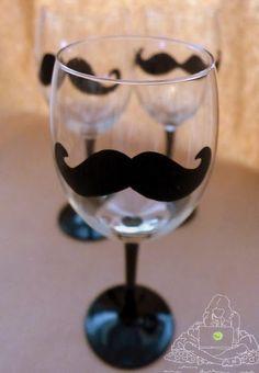 Szczegółowa instrukcja jak krok po kroku samodzielnie wykonać kieliszki do wina z motywem wąsów. Zrób to sam, diy.