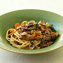 Enjoy a tasty and delicious meal with your loved ones. Learn how to make Pork lo mein & see the Smartpoints value of this great recipe. Ww Recipes, Pork Recipes, Asian Recipes, Great Recipes, Dinner Recipes, Ethnic Recipes, Chinese Recipes, Skinny Recipes, Chinese Food