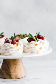 These mini pavlovas with coconut whipped cream make the perfect light & fresh dessert! Load them up with your favourite berries, fruits or jam! Mini Pavlova, Meringue Pavlova, Meringue Food, Meringue Desserts, Mini Desserts, Just Desserts, Delicious Desserts, Plated Desserts, Food Presentation