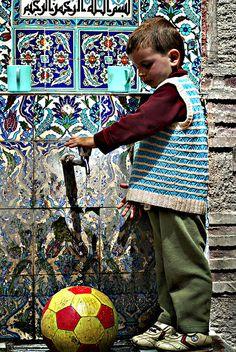 İznik-Nicea (çeşme ve çocuk) by Muskulpesent on Flickr.
