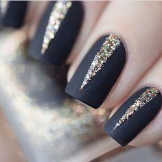 Unhas pretas e douradas