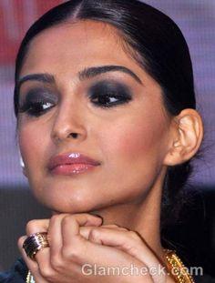 Sonam Kapoor Smokey Eye Make-up Diy Beauty Makeup, Eye Makeup Tips, Contour Makeup, Hair Makeup, Contouring, Makeup Ideas, Makeup Inspo, Asian Eye Makeup, Smoky Eye Makeup