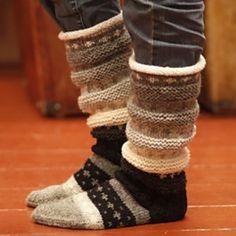 Ravelry: Regnbuesokker pattern by Borghild Kolås. Must find this pattern in English! Knitting Stitches, Knitting Designs, Knitting Projects, Knitting Socks, Hand Knitting, Crochet Socks, Knitted Slippers, Slipper Socks, Knit Crochet
