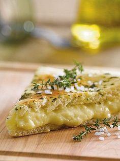 Focaccia rellena con queso … in 2020 Focaccia Pizza, Calzone, Empanadas, Food Truck, Veggie Recipes, Cooking Time, Italian Recipes, Macaroni And Cheese, Sandwiches