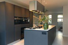 Donkere LEICHT keuken Kitchen Dining Living, New Kitchen, Kitchen Island, Kitchen Decor, Kitchen Ideas, Loft Conversion Bedroom, New Homes, Interior Design, House Styles