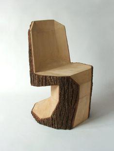 Silla hecha de una pieza de madera por Peter Jakubik