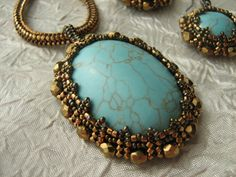 cabochon pattern - beaded bezel  ----   doesn't look easy, plus it's translated, but would be cool around glass.