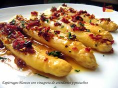 Dale un toque gourmet a los espárragos blancos con una vinagreta de arándanos… Nut Recipes, Vegetarian Recipes, Cooking Recipes, Healthy Recipes, Tapas Dinner, Spanish Dishes, Cooking Ingredients, Asparagus Recipe, Love Food