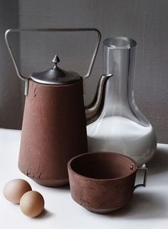 Dutch design team, sourced local clays from polders to create pots. At the end of the project they served a farm style meal on hay bales in a field. Full story in American craft ca. Fall 2011.