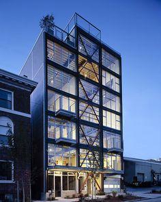 Desafio: adicionar elementos funcionais para a construção de um loft, mas sem tirar as características do edifício.  O resultado ficou top, olhe mais no blog: DesignTendencia.com